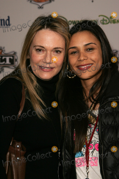 Kidada Jones Photo - Peggy Lipton and daughter Kidada Jonesat the Disney Vault 28 Opening Downtown Disney Anaheim CA 11-12-06