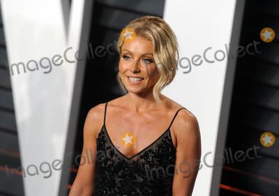 Kelly Ripa Photo - Photo by Dennis Van TinestarmaxinccomSTAR MAX2016ALL RIGHTS RESERVEDTelephoneFax (212) 995-119622816Kelly Ripa at The 2016 Vanity Fair Oscar Party(Beverly Hills CA)