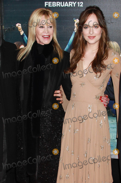Melanie Griffith Photo - Photo by KGC-146starmaxinccomSTAR MAX2016ALL RIGHTS RESERVEDTelephoneFax (212) 995-11962316Melanie Griffith and Dakota Johnson at the premiere of How To Be Single(NYC)