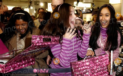 Hannah Montana Photo - London UK Fans at Miley Cyruss (star of Disney Channels smash hit Hannah Montana ) personal appearance to greet fans and sign copies of the Hannah Montana Behind the Spotlight DVD at HMVs Oxford Street store 27th March 2007Ali KadinskyLandmark Media