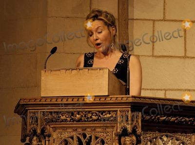 Amanda Burton Photo - London  Amanda Burton reads a poem  at the Marie Curie Cancer Care Christmas Concert held in Southwark Cathedral 13 December 2006Ali KadinskyLandmark Media