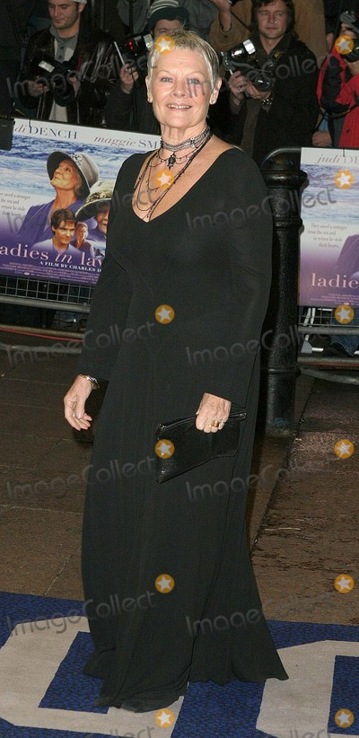 Judi Dench Photo - London Dame Judi Dench arrives at the film premiere of Ladies in Lavender in Leicester Square08 November 2004Paulo PirezLandmark Media