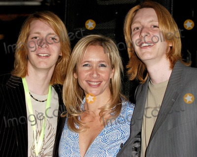 Oliver Phelps Photo - London  Tania Bryer with James and Oliver Phelps at the UKs Youth first National Wavemakers Awards at Sound in Leicester Square28 April 2005Ali KadinskyLandmark Media