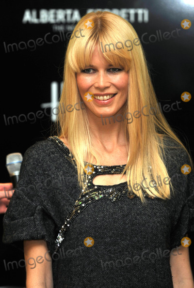 Alberta Ferretti Photo - London UK Claudia Schiffer at Harrods to celebrate the launch of Alberta Ferrettis first signature fragrance - Alberta Ferretti London 4th November 2009Andy LomaxLandmark Media