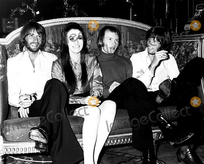 Bee Gees Photo - The Bee Gees with Sister Lesley Gibb PipGlobe Photos Inc Beegeesretro