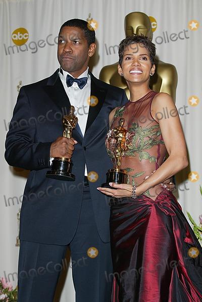 Halle Berry Photo - 74th Academy Awards Hollywood and Highland Hollywood CA 03242002 Photo by Fitzroy BarrettGlobe Photosinc2002 Halle Berry and Denzel Washington