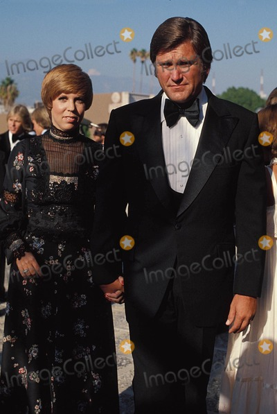 Vicki Lawrence Photo - Vicki Lawrence with Her Husband Alvin a Schultz 1977  10306 Photo by Phil Roach-ipol-Globe Photos Inc