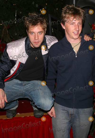 Andrew Eiden Photo - K40870MRKEITH CARRADINE AND CAST OF TVS COMPLETE SAVAGES ILLUMINATES SIX-STORY CHRISTMAS TREE AND SHOWERS CHRISTMAS GIFTS 0N HOMELESS CHILDRENTHEME PARK UNIVERSAL STUDIOS UNIVERSAL CITY CA12-14-2004PHOTO BY MILAN RYBAGLOBE PHOTOS INC2004SHAUN SIPOS AND ANDREW EIDEN