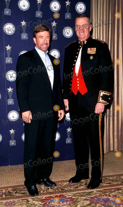 Chuck Norris Photo - Sd1212 American Veteran Beverly Hills California Chuck Norris and Genereal James L Jones Photo Paul Skipper  Globe Photos Inc 2000 Chucknorrisretro