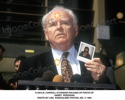 Carroll OConnor Photo -  Carroll Oconnor Holding Up Photo of Harry Perzigian Photo by Lisa RoseGlobe Photos Inc
