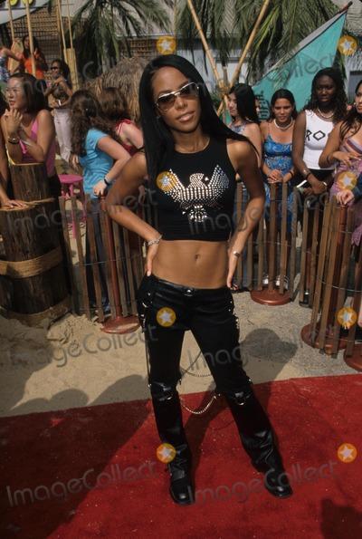 Aaliyah Photo - Aaliyah Aaliyah Dana Haughton the Teen Choice Awards 2000  Barker Hanger in Los Angeles K19447fb Photo by Fitzroy Barrett-Globe Photos Inc