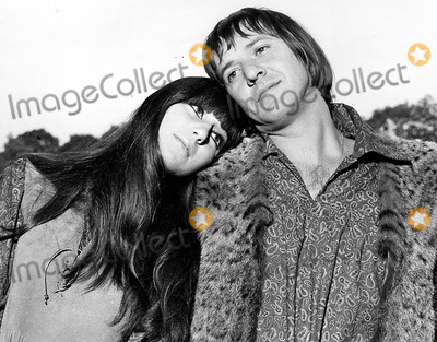 Sonny  Cher Photo - Sonny Bono and Cher at the Hilton Hotel During Teir Press Reception Sonny and Cher Photo ByGlobe Photos Inc