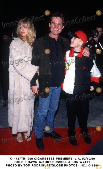 Goldie Photo - 021099 200 Cigarettes Premiere LA Goldie Hawn Wkurt Russell  Son Wyatt Photo by Tom RodriguezGlobe Photos Inc