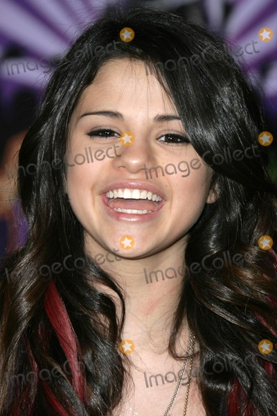 Selena Gomez Photo - Selena Gomez at the world premiere of Hannah Montana  Miley Cyrus Best Of Both Worlds El Capitan Theater Hollywood CA 01-17-08