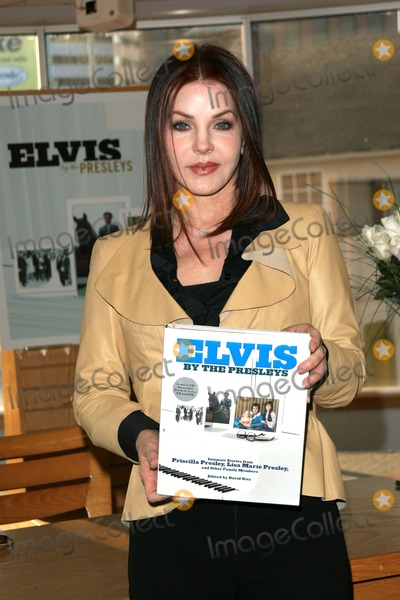 Priscilla Presley Photo - Priscilla Presleysigning copies of Elvis by the Presleys at Borders Westwood CA 06-10-05