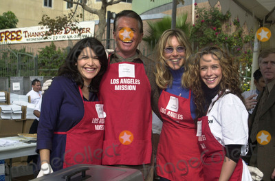 Alana Stewart Photo -  Laura Sanchez George Hamilton Alana Stewart Jennifer Love Hewitt at the Los Angeles Missions annual Thanksgiving Meal hand-out in Downtown Los Angeles 11-22-00