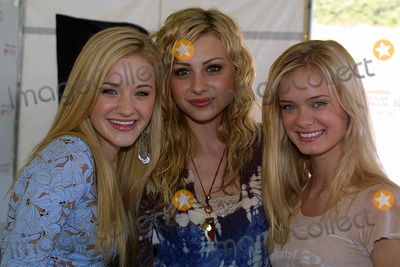 A J Michalka Photo - Amanda (AJ) Michalka Alyson (Aly) Michalka and Sara Paxtonat the Nuts For Mutts Dog Show Pierce College Woodland Hills CA 04-30-06