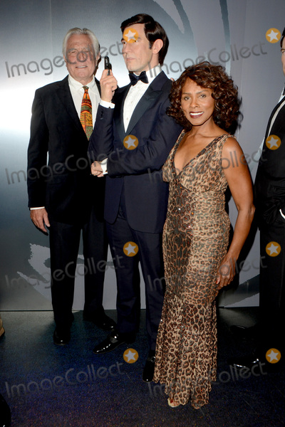 Gloria Hendry Photo - LOS ANGELES - DEC 15  George Lazenby Gloria Hendry George Lazenby Wax Figure at the Madame Tussauds Hollywood Reveals All Six James Bonds In Wax at the TCL Chinese Theater on December 15 2015 in Los Angeles CA
