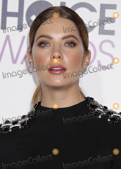 Ashley Benson Photo - Photo by REWestcomstarmaxinccomSTAR MAX2016ALL RIGHTS RESERVEDTelephoneFax (212) 995-11961616Ashley Benson at The 2016 Peoples Choice Awards(Los Angeles CA)
