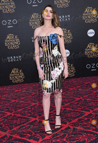 Ann Hathaway Photo - Photo by KGC-11starmaxinccomSTAR MAX2016ALL RIGHTS RESERVEDTelephoneFax (212) 995-119652316Anne Hathaway at the premiere of Alice Through The Looking Glass(Los Angeles CA)