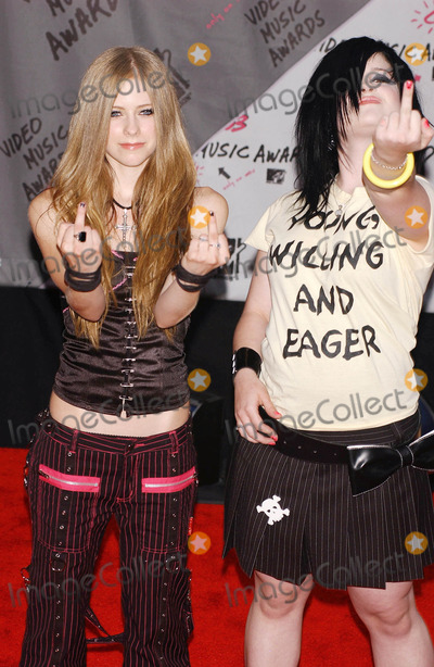 Avril Lavigne Photo - Photo by Walter WeissmanSTAR MAX Inc - copyright 200382803Avril Lavigne and Kelly Osbourne at The 2003 MTV Video Music Awards(NYC)