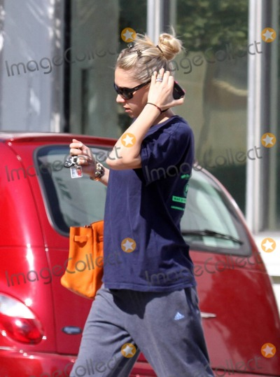 Anna Kournikova Photo - EXCLUSIVE Anna Kournikova musnt have put enough coins in the meter to last this visit to her local gym The tennis stars luxury SUV was ticketed by Miami Beach Parking Enforcement and she didnt look to pleased when she rushed out She took the ticket off the windshield and drove off Miami Beach FL 103011Fees must be agreed prior to publication