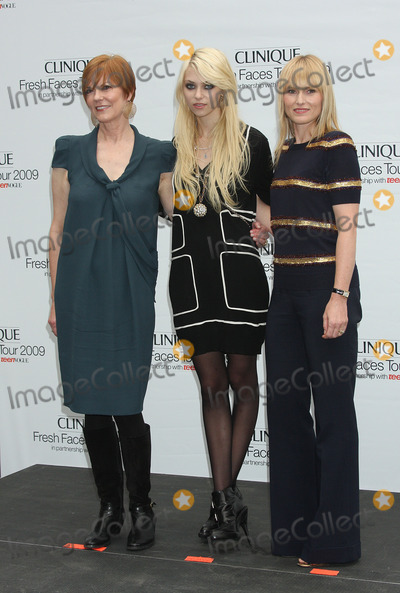 Amy Astley Photo - Actress Taylor Momsen (C) with Lynne Greene (L) Global Brand President of Clinique Origins and Ojon and Amy Astley Teen Vogue Editor in Chief open the Clinique Fresh Faces Mobile Beauty Studio in Union Square Park on September 22 2009 in New York City