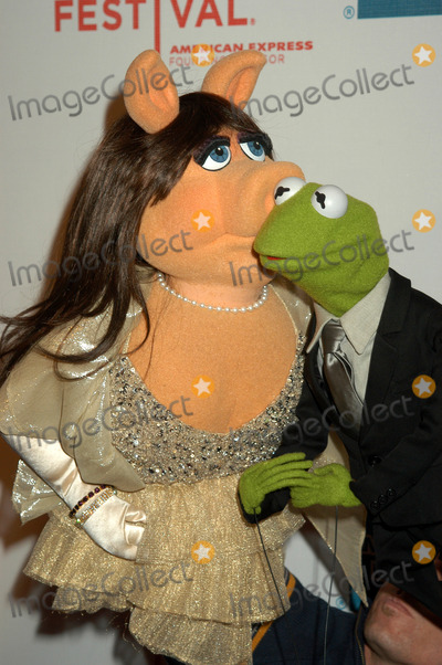 Kermit the Frog Photo - NEW YORK APRIL 27 2005    Kermit the Frog and Miss Piggy at the Muppets Wizard of Oz premiere held at the Tribeca Performing Arts Center