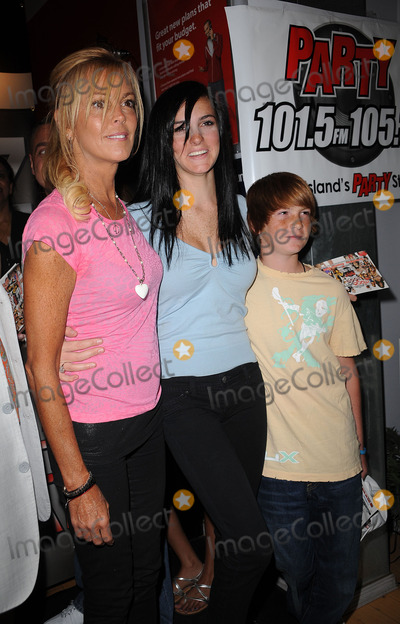 Ali Lohan Photo - Dina Lohan Ali Lohan and Cody Lohan at the Blackberry Brick Breaker contest announcement event at the Z-Com wireless store on July 30 2009 in New York City