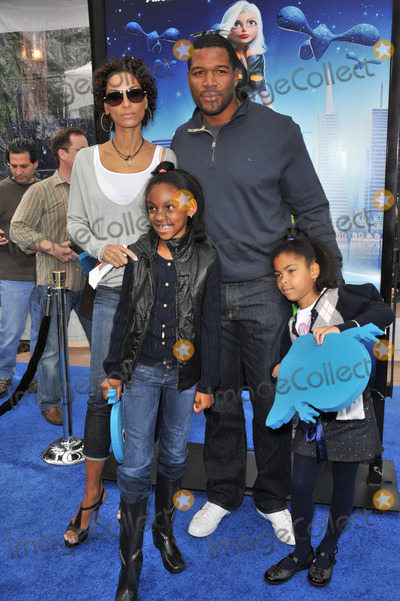 Nicole Mitchell Murphy Photo - Michael Strahan Nicole Mitchell Murphy (ex-wife of Eddie Murphy)  kids at the Los Angeles premiere of Monsters vs Aliens at the Gibson Amphitheatre Universal Studios HollywoodMarch 22 2009  Los Angeles CAPicture Paul Smith  Featureflash