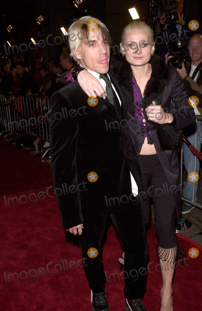 ANTHONY KEIDIS Photo - 20DEC99 Red Hot Chilli Peppers star ANTHONY KEIDIS  girlfriend YOHANNA LOGAN at the Los Angeles premiere of Man On The Moon which stars Jim Carrey Courtney Love  Danny DeVito    Paul Smith  Featureflash