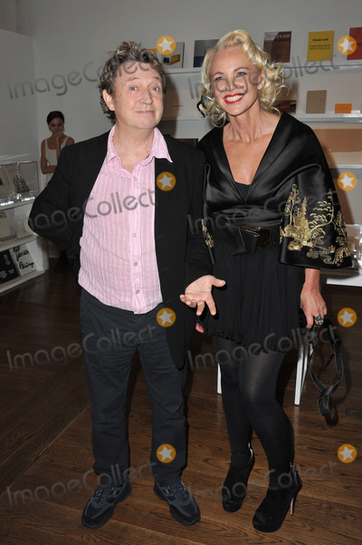 Andy Summers Photo - Amanda Eliasch  Andy Summers of The Police at reception for Amanda Eliaschs neon art exhibition Peccadilloes at the Leadapron Gallery West HollywoodJune 16 2011  Los Angeles CAPicture Paul Smith  Featureflash