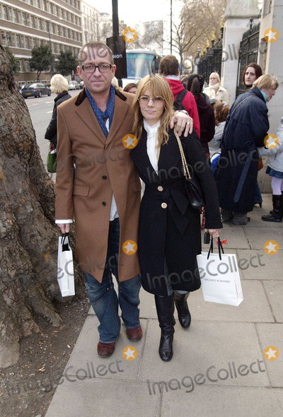Amanda Wakely Photo - London Sean Pertwee and guest arriving at London Fashion Week Amanda Wakely14 February 2006                               Steve McGarryLandmark Media