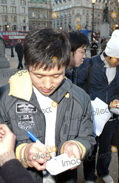 Young Lee Photo - London Young - Pyo Lee of Tottenham Hotspurs  South Korea signing autographs after filiming a commercial for milk at Trafalgar Square14 February 2006                               Steve McGarryLandmark Media