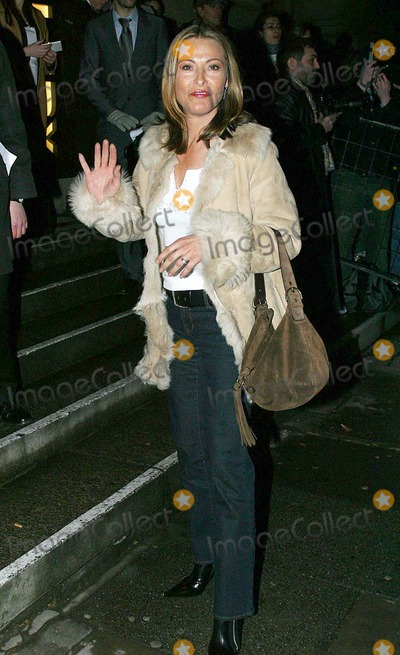 Amanda Donahoe Photo - London Amanda Donahoe attending the Saatchi Gallery New Blood exhibition incorperating the Gallerys 1st Birthday23 March 2004Jenny RobertsLandmark Media