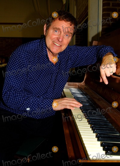 Alvin Stardust Photo - Hazlemere  Alvin Stardust at Hazlemere C of E Combined School where the 60s and 70s singing star was rehearsing with pupils who are joining him on his show at High Wycombe Town Hall on 19 December28 November 2007 Andy LomaxLandmark Media