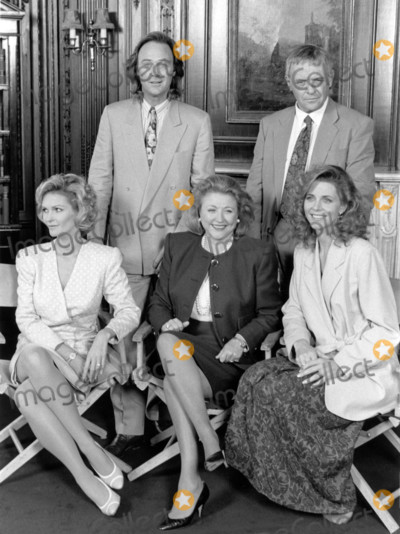 Anthony Hopkins Photo - London UK LIBRARY Barbara Taylor Bradford (centre sitting) promoting the mini tv series version of her book To Be the Best in 1991 Seen here with the main cast Fiona Fullerton Christopher Cazenove Anthony Hopkins and Lindsay Wagner RefLMK11-SLIB171020-001  PIP-Landmark MediaWWWLMKMEDIACOM