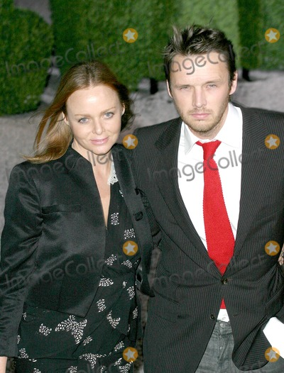 Alasdhair Willis Photo - London Stella McCartney and her husband Alasdhair Willis at the Stella McCartney For HM Launch Party at St Olaves House in South London25 October 2005Art KarinaLandmark Media