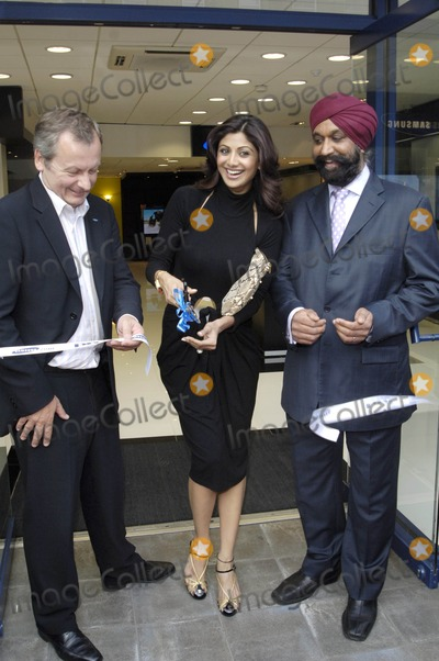 Andy Griffith Photo - London UK Bollywood star and TV celebrity Shilpa Shetty and Vice-President Samsung UK  Andy Griffiths  at a launch of London brand new Samsung store Cranbrook Road Ilford Essex in London 16th July  2009Chris JosephLandmark Media