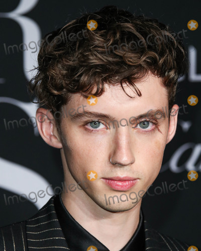 Troye Sivan Photo - MANHATTAN NEW YORK CITY NEW YORK USA - SEPTEMBER 06 Troye Sivan arrives at the 2019 Harpers BAZAAR Celebration of ICONS By Carine Roitfeld held at The Plaza Hotel on September 6 2019 in Manhattan New York City New York United States (Photo by Xavier CollinImage Press Agency)