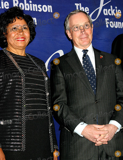 Ruth Simmons Photo - K36044MLTHE JACKIE ROBINSON FOUNDATION WILL HOST ITS ANNUAL AWARDS DINNER HONORING RECIPIENTS OF THE 2004 ROBIE AWARDS AT THE GRAND BALLROOM OF THE WALDORF ASTORIA HOTEL IN NEW YORK CITY382004PHOTO BYMITCHELL LEVYRANGEFINDERSGLOBE PHOTOS INC  2004DR RUTH SIMMONS MAYOR MICHAEL BLOOMBERG