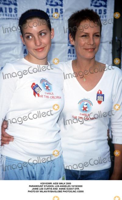 Jamie Lee Photo -  Aids Walk 2000 Paramount Studios Los Angeles 10152000 Jamie Lee Curtis and Annie Guest Dtr Photo by Milan RybaGlobe Photosinc
