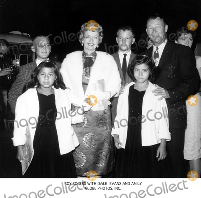 Roy Rogers Photo - Roy Rogers with Dale Evans and Amily Globe Photos Inc