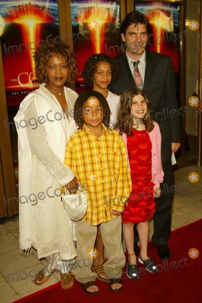 Alfre Woodard Photo - Premiere the Core National Theatre Westwood CA Mar 26 Photo by Alec Michael Alec MichaelGlobe Photos 2003 Alfre Woodard and Family