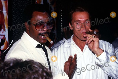 Carl Weathers Photo - Carl Weathers and Arnold Schowarzenegger F4135 1987 Photo by John BarrettGlobe Photos Inc Arnoldschwarzeneggerretro