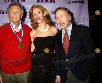 Alan King Photo - K34438MLTHE NATIONAL FOUNDATION OF JEWISH CULTURE TO PRESENT THE FIFTH ANNUAL ALAN KING AWARD IN AMERICAN JEWISH HUMOR TO MORT SAHLAT THE MANDARIN ORIENTAL HOTEL IN  NEW YORK CITY 12042003PHOTO BY MITCHELL LEVYRANGEFINDERGLOBE PHOTOS INC  2003MORT SAHL_WIFE_DICK CAVETT