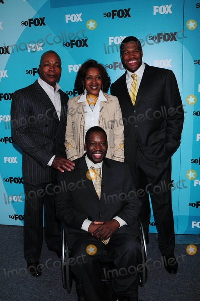 Carl Weathers Photo - Fox 2009 Programming Presentation Post Party at Wollman Rink  Central Park in New York City 05-18-2009 Photo by Ken Babolcsay-ipol-Globe Photos Inc Brothers Cast Daryl Mitchell with Carl Weathers  Michael Strahan