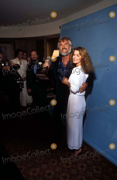 Kenny Rogers Photo - Kenny Rogers and Priscilla Presley R0792b Photo by Steve SchattzbergGlobe Photos Inc Kennyrogersretro