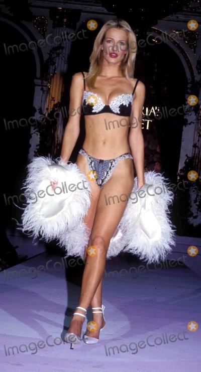 Karen Mulder Photo - Sd020398 Victorias Secret Pre Valentines Day Runway Show in NYC Karen Mulder Photo by Sonia MoskowitzGlobe Photosinc