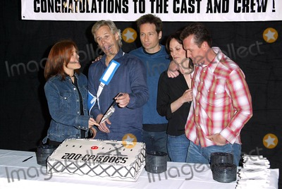 Annabeth Gish Photo - The X-files 200th Episode Celebration the Fox Studios Lot Los Angeles 542 Gillian Anderson Chris Carter (Creator) David Duchovny Annabeth Gish Robert Patrick at Cake Cutting Credit AllstarGlobe Photos Inc
